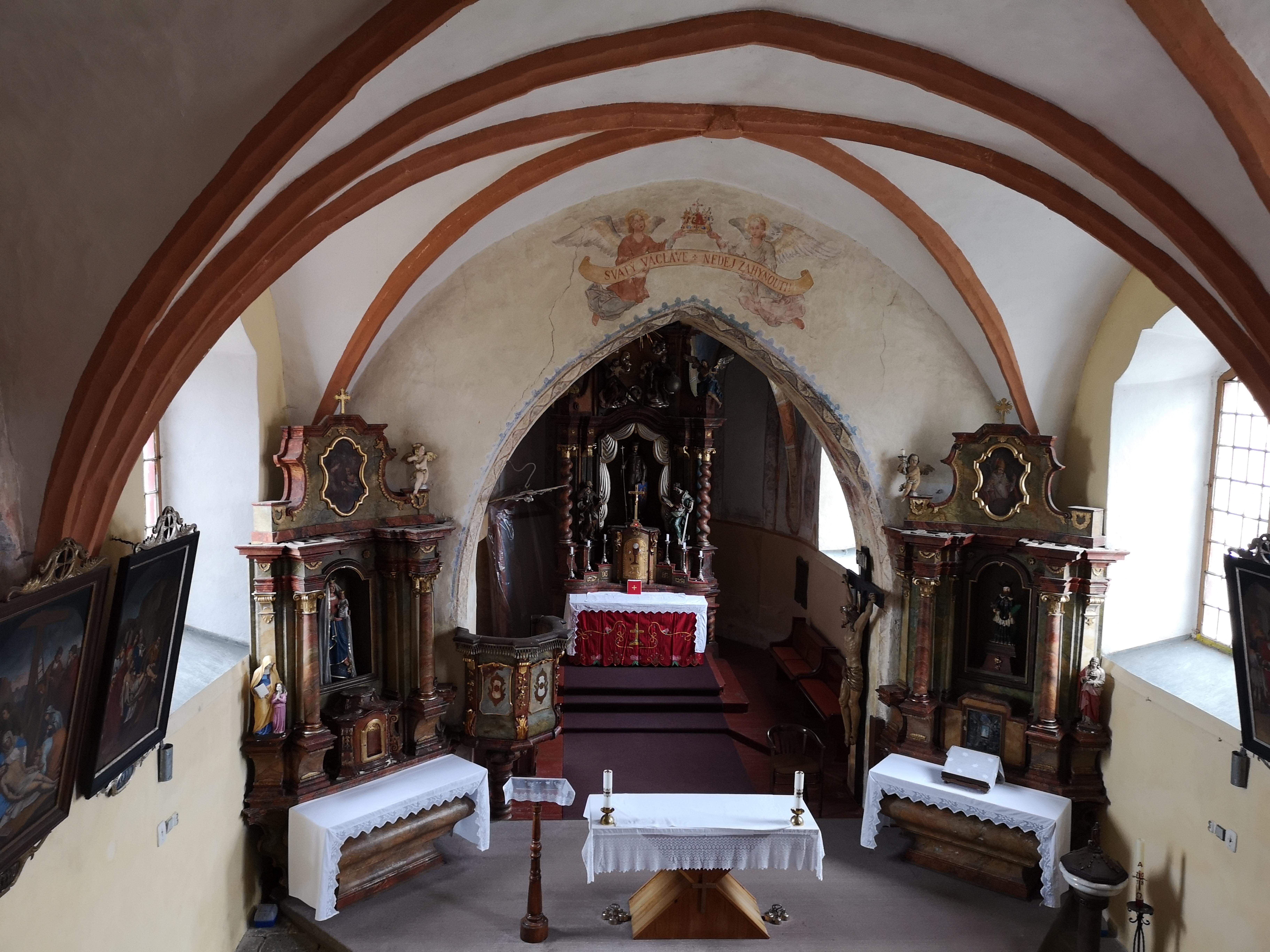 Pohled z kůru na oltář